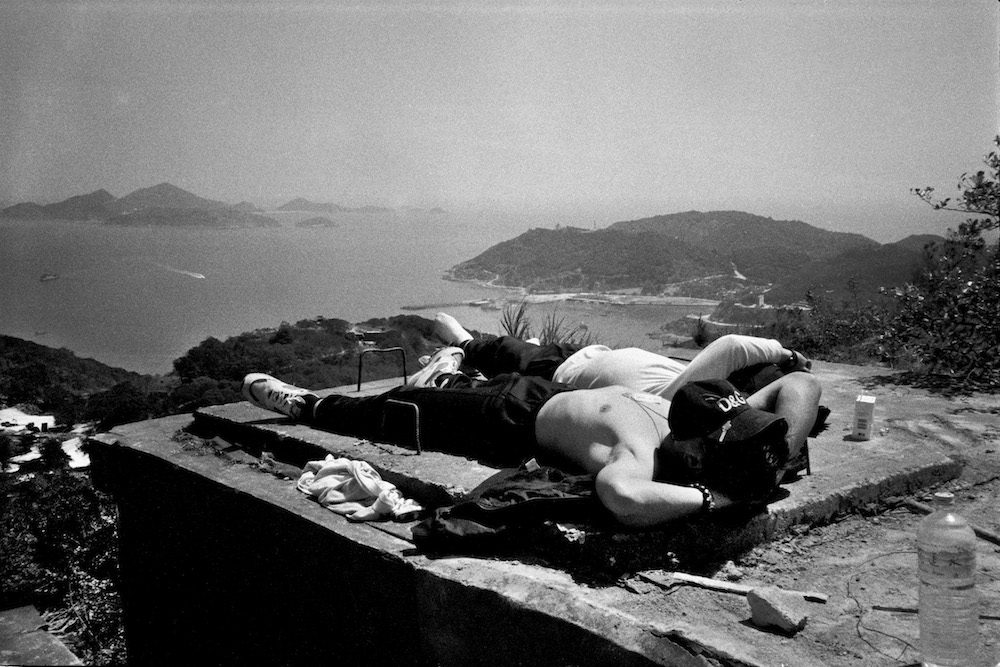 10. Soldiers lazing on a platform on Yuntai Hill enjoy the gentle breeze and serene atmosphere